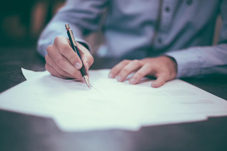 Quais regras trabalhistas devo seguir ao contratar alguém temporariamente?